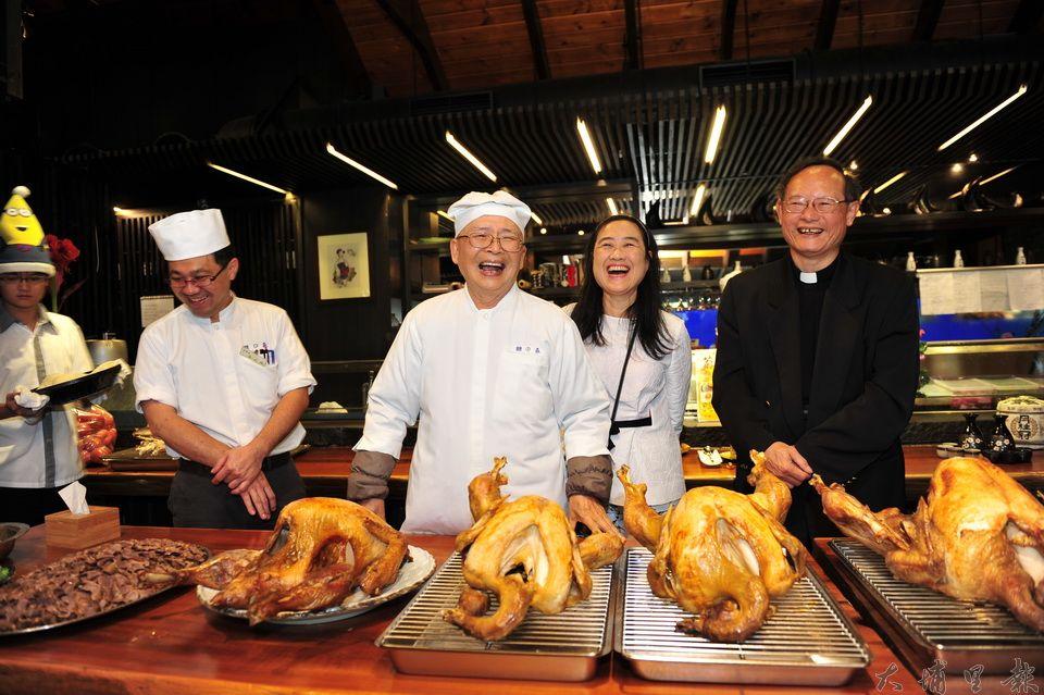 牛耳藝術度假村董事長黃炳松(中)與基督長老教會牧師林敬順(右)準備了大火雞,準備在耶誕佳節讓弱勢家庭享用美食。(柏原祥攝)