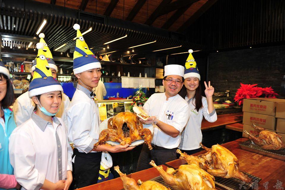 牛耳藝術度假村主廚黃正雄(右二)研製美味健康的火雞肉刈包,讓弱勢民眾感受耶誕佳節的氣氛。(柏原祥攝)