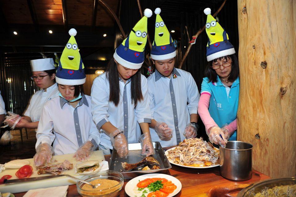 火雞肉刈包由牛耳藝術度假村研製,講究低卡健康、美味,工作人員忙著在耶誕節時令推出。(柏原祥攝)
