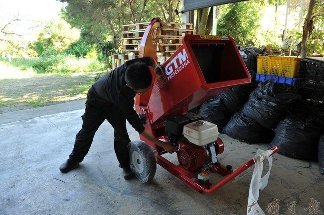 碎枝機造價不斐,郭昱宏推動農機共享,希望有更多農民減少焚燒農業垃圾。(柏原祥攝)