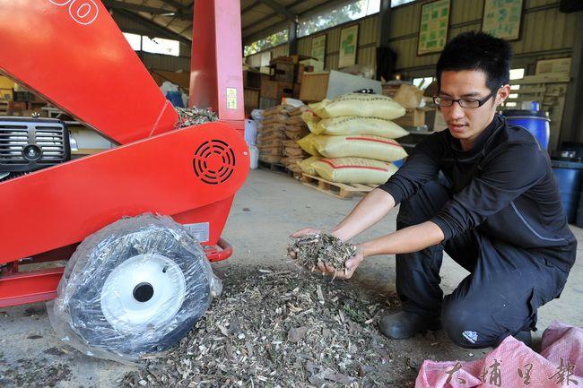 枯枝、落葉經過碎枝機後變成木屑,可用作堆肥或鋪田埂。(柏原祥攝)