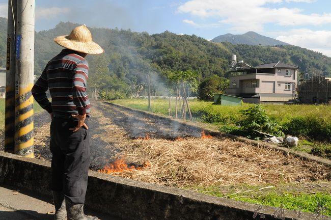 埔里許多農民習慣燒田,焚燒過程產生大量煙塵。(柏原祥攝)
