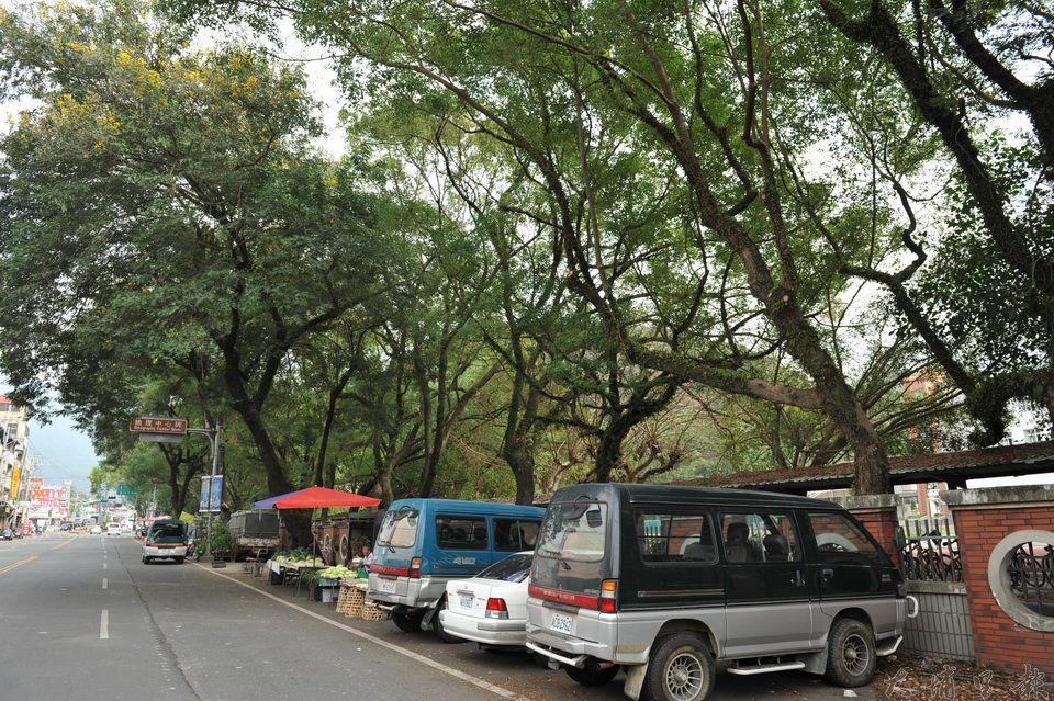 中山路埔里高工圍牆外路段長期被汽車及攤販佔用,壓縮行人及行車空間。(柏原祥攝)