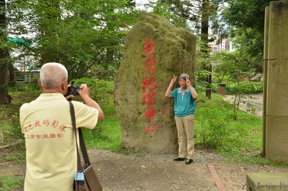 陸客至地理中心碑的旅遊模式多是與「台灣地理中心」巨石拍個合照,上個廁所,頂多買攤販特產後隨即離去。(柏原祥攝)