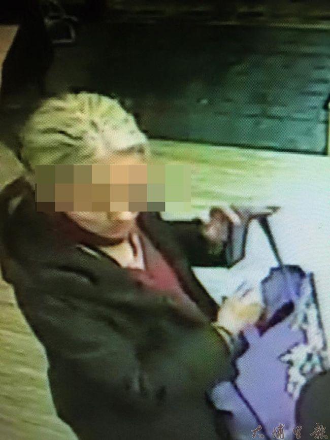 白髮婦人二人組放頭髮行徑被暨大學生發現,餐廳表示報警,兩人才悻悻然離開。(柏原祥翻攝)