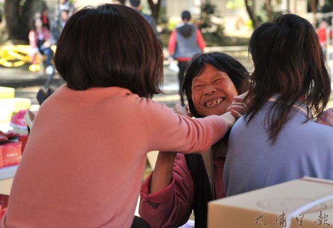 于美人參與埔里新衣發放慈善活動,不吝給貧困家庭來個擁抱。(柏原祥攝)