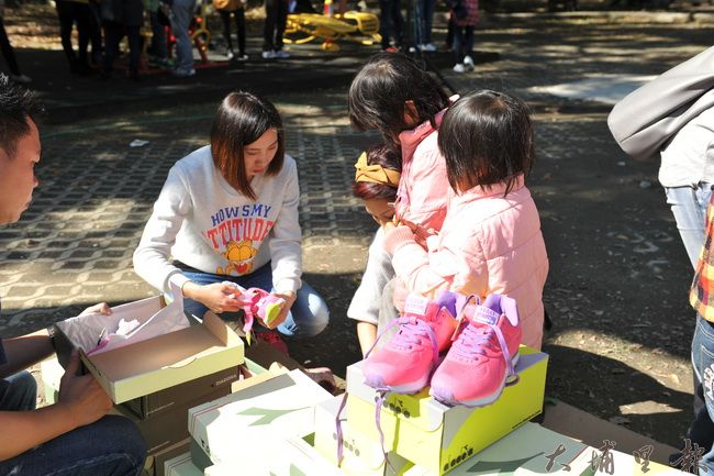 許多埔里地區民眾志願當志工,為貧困家庭小朋友挑選適合的新衣新鞋。(柏原祥攝)