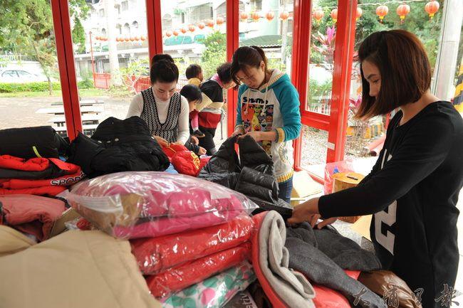 埔里新衣新鞋發放慈善活動之前,志工不眠不休整理衣物好幾日。(柏原祥攝)