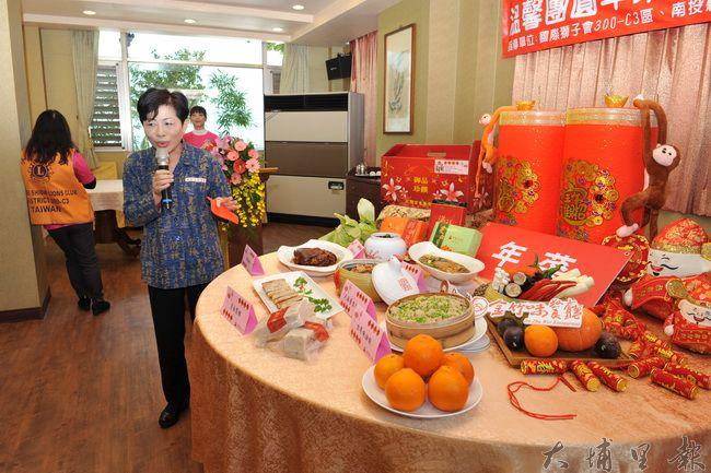 金都餐廳協理呂佳蓉介紹慈善捐贈的年菜內容。(柏原祥攝)