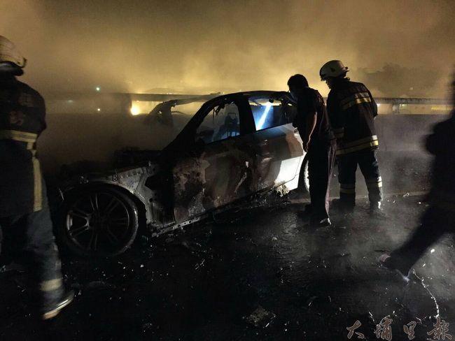 國道六號發生重大車禍,自小客車起火燃燒,消防隊員前往灌救。(柏原祥翻攝)
