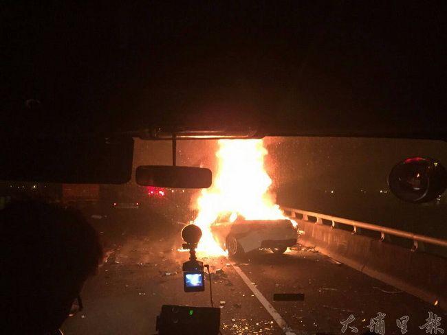 國道六號發生重大車禍,自小客車起火燃燒,火勢相當猛烈。(柏原祥翻攝)