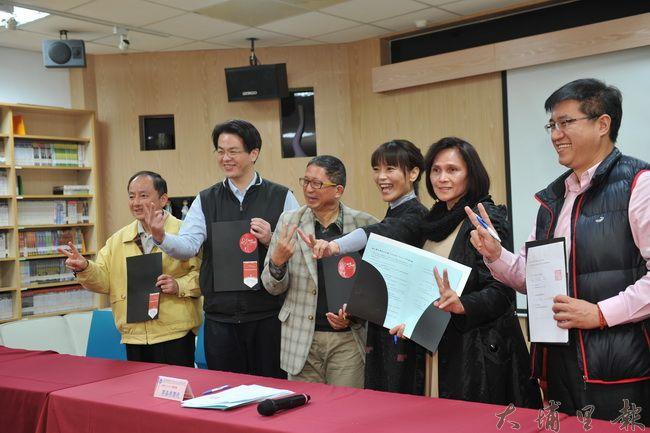 大埔里地區13所學校共同簽約,承諾翻轉在地的音樂教育。(柏原祥攝)
