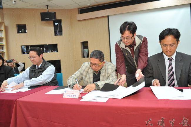 大埔里地區13所學校共同簽約,承諾將音樂的種子深植在偏鄉教育。(柏原祥攝)