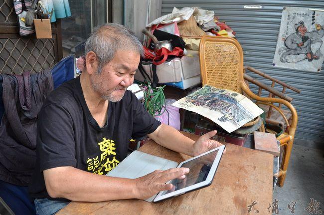 王灝晚年好學不綽,學會iPad,經常在他個人臉書發表作品。(柏原祥攝)