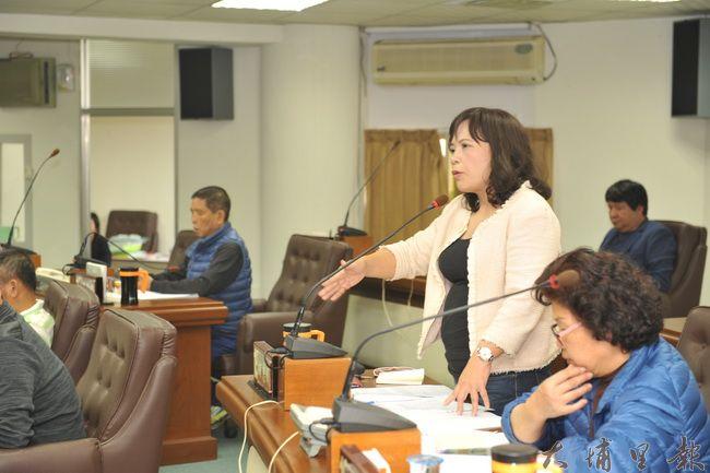 埔里鎮民代表何惠娟提案《埔里鎮公有樹木健康管理及修剪維護自治條例》,要加強鎮公所維護管理鎮內樹木能力。(柏原祥攝)