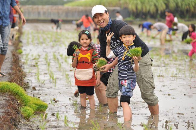 埔里鎮籃城社區公田舉辦插秧活動,家長帶著孩子拉近與土地的距離。(柏原祥攝)