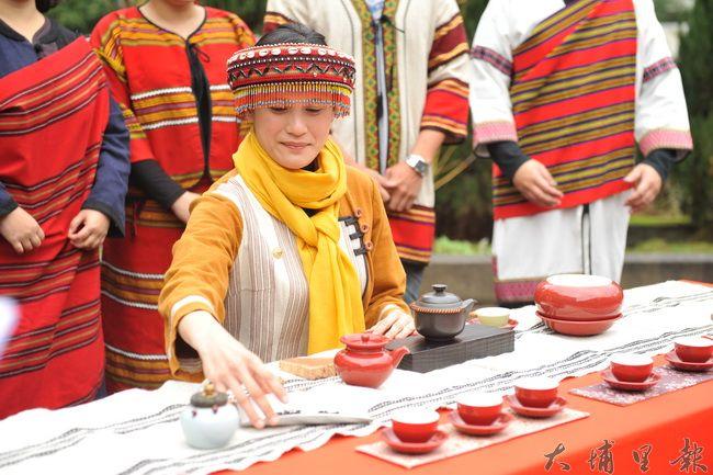 仁愛鄉農會舉辦茶藝研習成果展,學員穿起傳統服飾,展現原住民特色。(柏原祥攝)