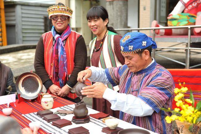 仁愛鄉農會舉辦茶藝研習成果展,茶席桌巾採用原住民傳統織布。(柏原祥攝)