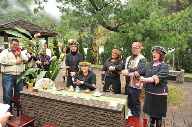 仁愛鄉農會舉辦茶藝研習成果展,布農族學員唱起傳統歌謠。(柏原祥攝)