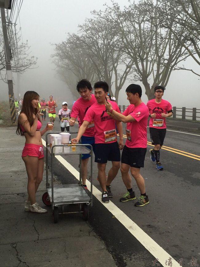 第一屆Puli Power山城派對馬拉松13日起跑,有比基尼辣妹在鯉魚潭路線補給。(民眾提供)