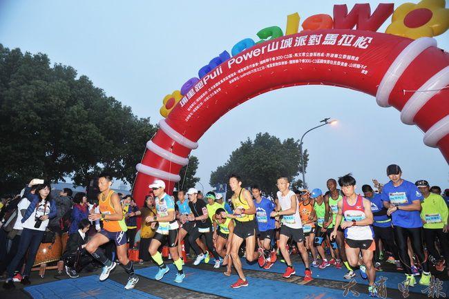 第一屆Puli Power山城派對馬拉松13日在埔里地母廟開幕。(柏原祥攝)