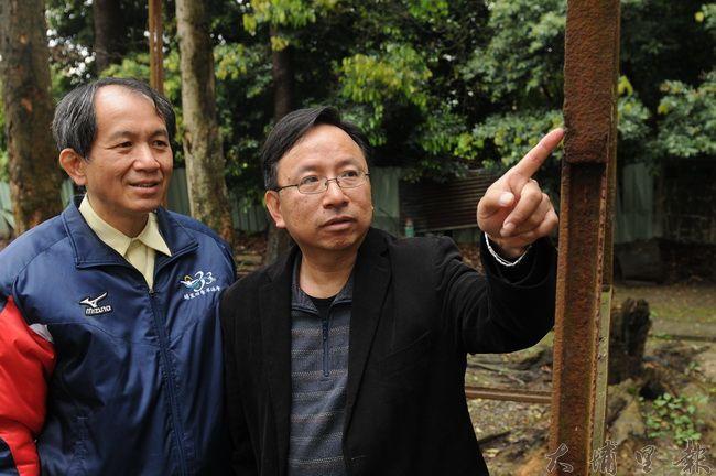 文史工作者潘樵(右)與縣議員廖志城身旁的涼亭支柱,是早期埔里鐵道路線上的鐵軌,被拿來當建材。(柏原祥攝)