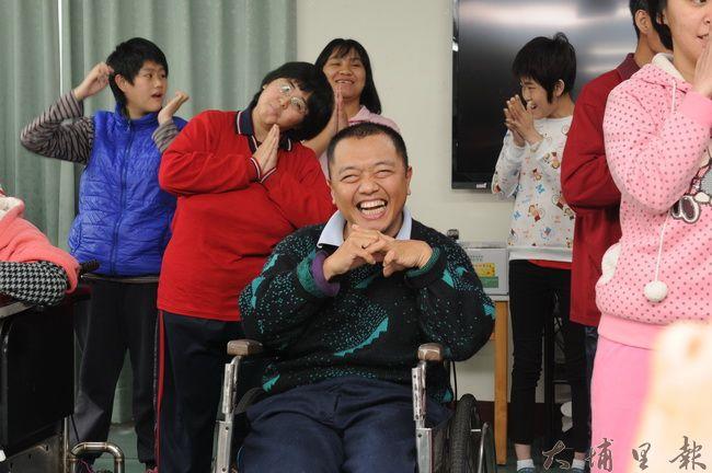 台灣高鐵致贈40張彰化、台北來回票,圓了復活啟智中心同學到動物園旅行的願望,同學們演唱「感恩的心」回報。(柏原祥攝)