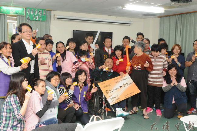 台灣高鐵致贈40張彰化、台北來回車票,讓復活啟智中心同學圓了到動物園看圓仔的願望。(柏原祥攝)