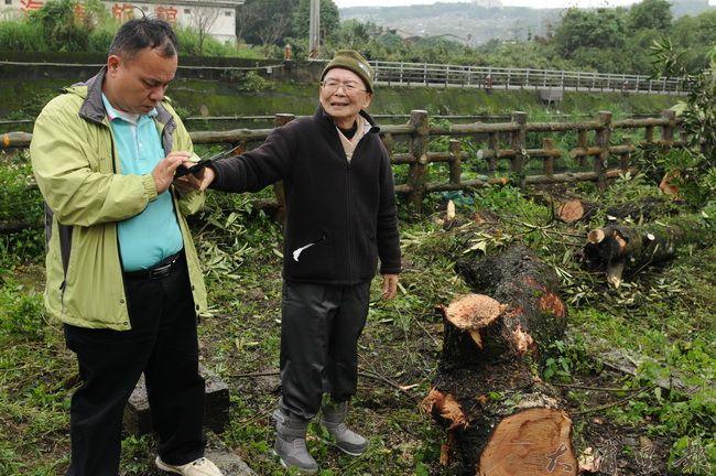 高齡84歲的黃炳松在助理攙扶下至公所砍樹現場,表情與語氣相當悲憤。(柏原祥攝)