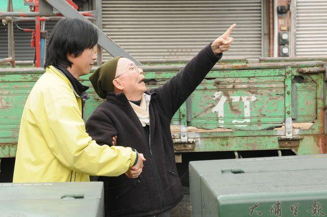 看著公所清潔隊人員修剪親手種植的黑板樹,黃炳松悲憤莫名,步履不穩。(柏原祥攝)
