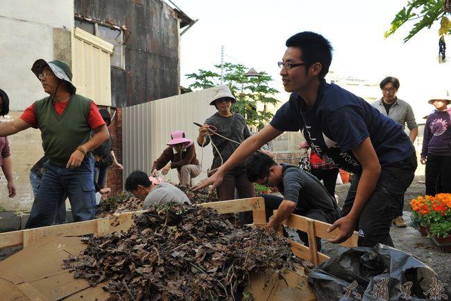 郭昱宏(右藍衣者)是推廣廚餘、落葉酵素堆肥的講師。(柏原祥攝)