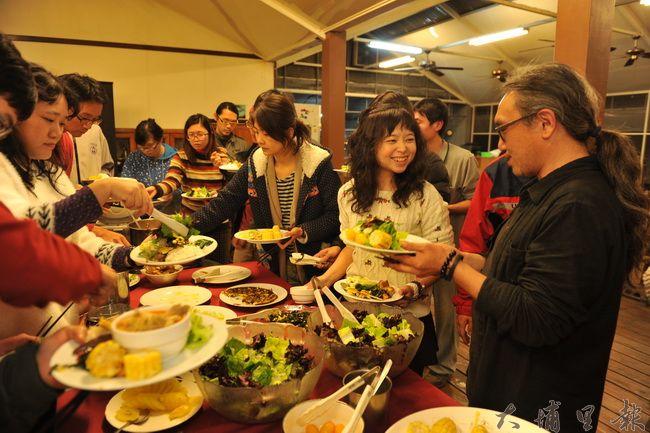 郭昱宏提供自家農園設施,推動共食餐會,讓小農與消費者交誼。(柏原祥攝)