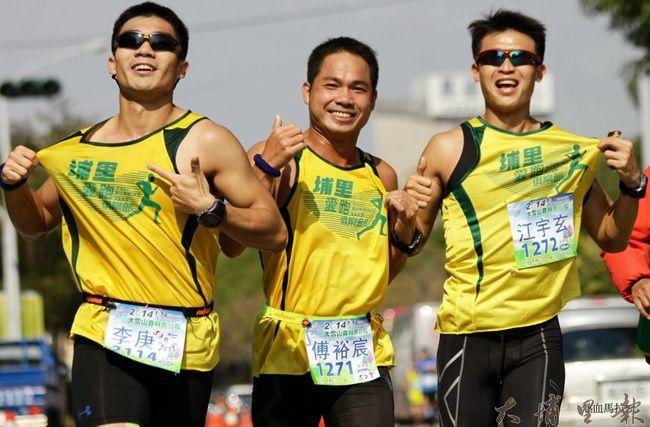 傅裕宸(中)愛跑步,也帶動跑友們改變埔里的腳步。(圖/傅裕宸提供)