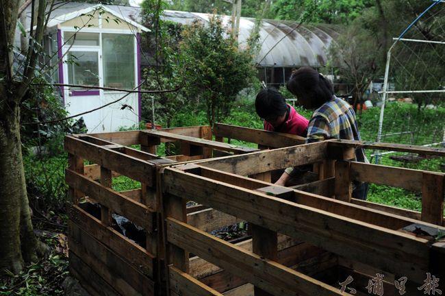 堆肥客棧目前位於台光香草園,是由幾位志工合力製作,未來將收集回來的廚餘集中在這裡製作堆肥。(柏原祥攝)