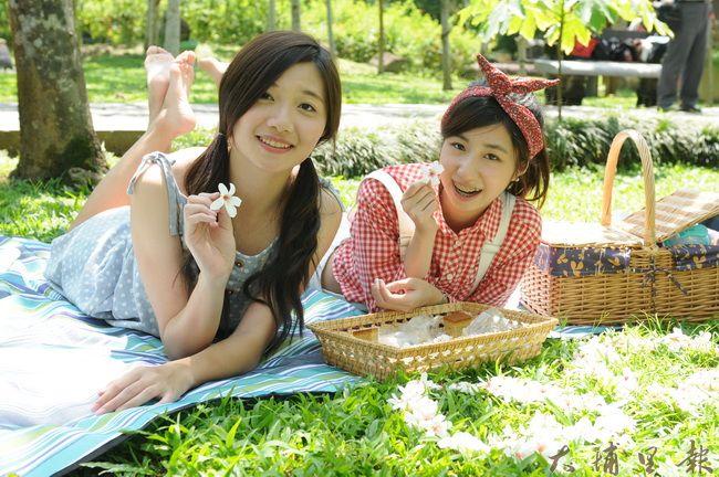 暨大觀餐系同學在油桐花散落的草皮上野餐。(柏原祥攝)