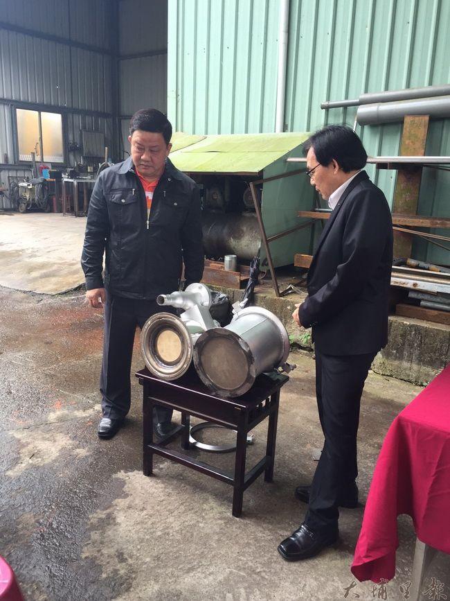 環保局長方信雄(右)指出,加裝濾煙器的柴油車,能有效減少空汙排放量。(民眾提供)