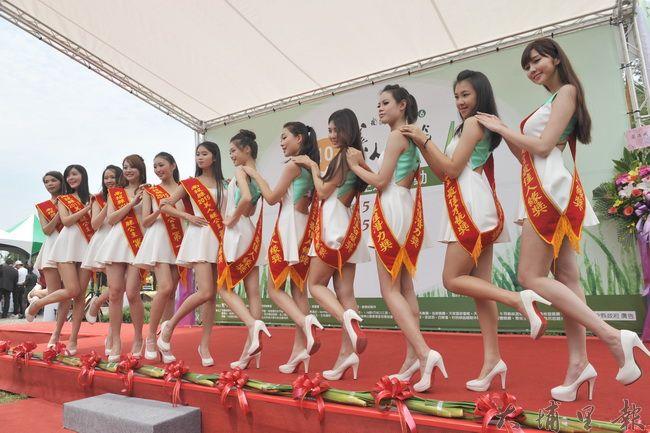 歷屆美人腿公主至2016美人腿公主選拔開幕會場走秀。(柏原祥攝)