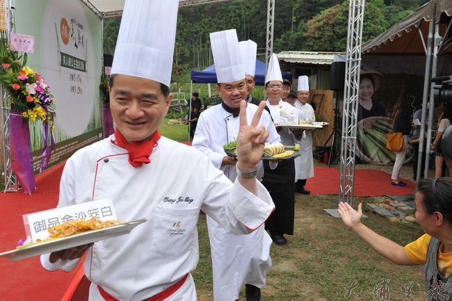 大埔里地區各大飯店主廚展示茭白筍特色料理。(柏原祥攝)