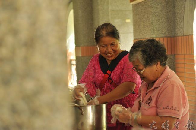 社區婦女製作客家麻糬,支持南光國小客語教學。(柏原祥攝)