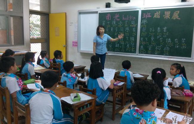 林彥妗在埔里鎮南光國小,嘗試以基礎音標教客語,學習效果不錯。(文化局提供)