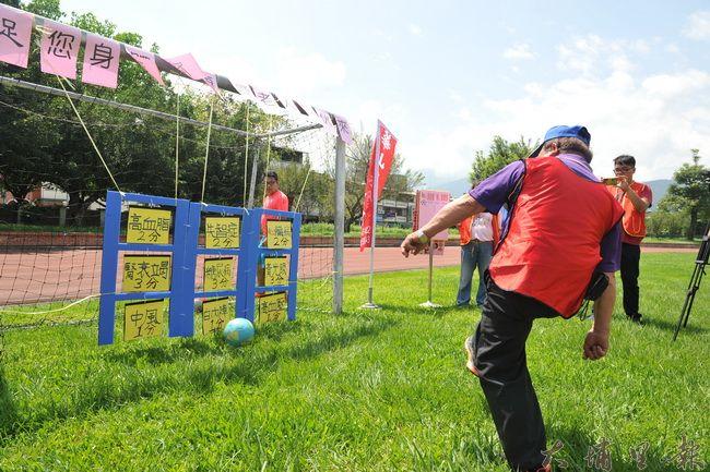 華山基金會舉辦老人足球九宮格比賽,象徵打擊慢性病,鼓勵老人出門活動筋骨保健康。(廖肇祥攝)