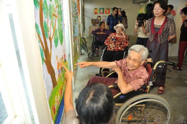 長青繪畫班有的阿嬤行動不便須坐輪椅,仍然習畫不輟,揮灑心中的色彩。(柏原祥攝)