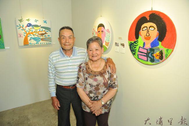 已故素人雕刻家林淵的兒子林清戶與妻子王美雪一同習畫,並在自畫像前留影。(柏原祥攝)