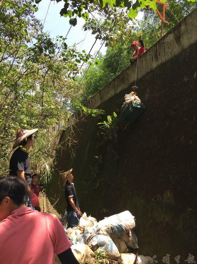 桃米生態村社造協進會等多個單位發動志工清理外界偷倒的廢棄物。(桃米生態村社造協進會提供)