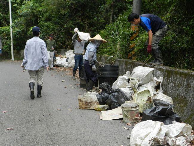志工在桃米社區清理外界偷倒的廢棄物,數量相當驚人。(桃米生態村社造協進會提供)