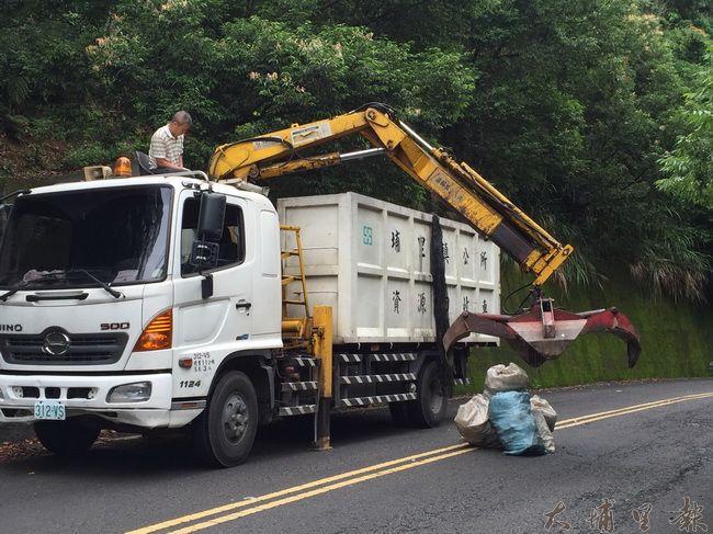 清潔隊也出動清潔車,協助清運桃米社區被偷倒的廢棄物。(桃米生態村社造協進會提供)