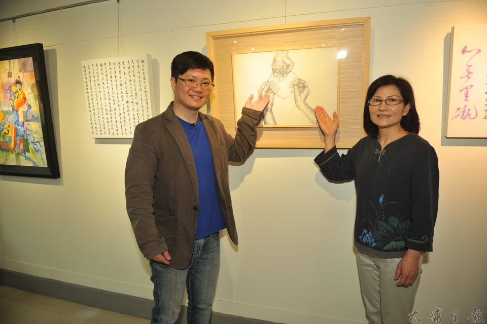 陳正雄國中時期鉛筆素描作品「把心給你」,多年後他捐出心臟,遺愛人間,左為哥哥陳震閎、右為媽媽傅妤蓁。(柏原祥攝)