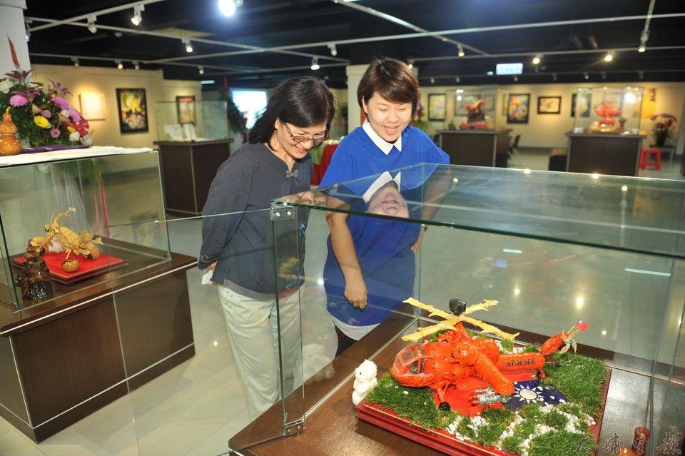 接受移植陳正雄心臟,獲得重生的廚師廖俊淋,似乎也延續陳正雄的藝術天份,蝦、蟹殼進行藝術創作。(柏原祥攝