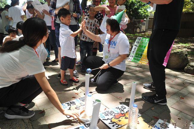 2016埔里生態城鎮園遊會,PM2.5空汙減量自救會以套圈圈關卡傳達空汙物質,會在人身造成多樣症狀。(柏原祥攝)