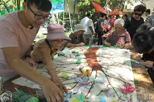 2016埔里生態城鎮園遊會,老人家在大樹上繫上紙蝴蝶,表達守護大地的理念。(柏原祥攝)